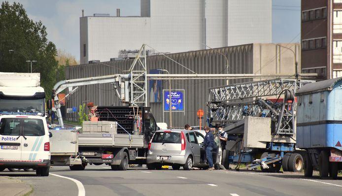 Door het ongeval was de Kaaistraat in Roeselare een tijdlang volledig versperd.