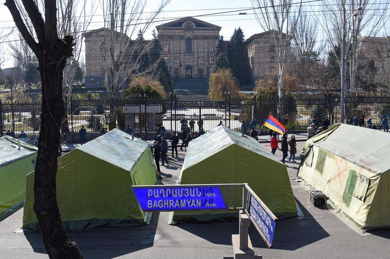 Tenten van de oppositie voor het parlement in de Armeense hoofdstad Jerevan. Beeld AFP