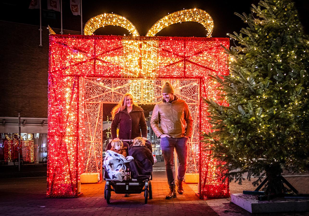 Verlicht cadeau op Achterom in de binnenstad van Dordrecht, afgelopen december.