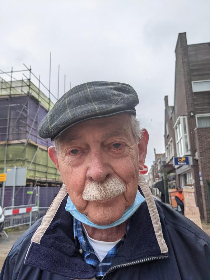 """Jan van de Meerendonk (86), vaste bezoeker van de weekmarkt in Zevenbergen. ,,Ik ben niet zo van de fournituren."""""""