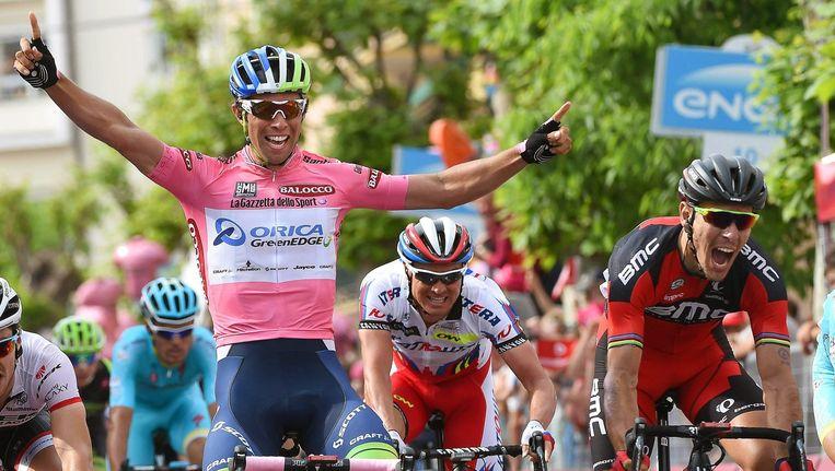De Australische Michael Matthews(L)bij de finish van de Giro d'Italia. Beeld EPA