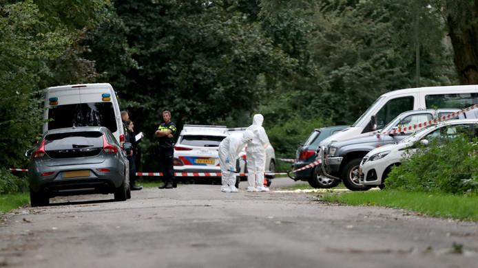 De politie trof na de moord op een Amsterdamse kapper in zijn auto in het Amsterdamse Duivendrecht ook een peuter op de achterbank aan. Die kwam kwam met de schrik vrij.
