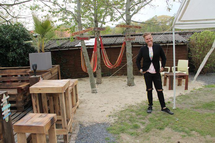 MIchael Lanzo in de gerenoveerde tuin van zijn horecazaak Den Toerist in Meulebeke.