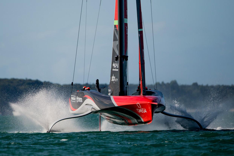 Team New Zealand doorklieft op de foils met een noodgang het water. Beeld Getty Images