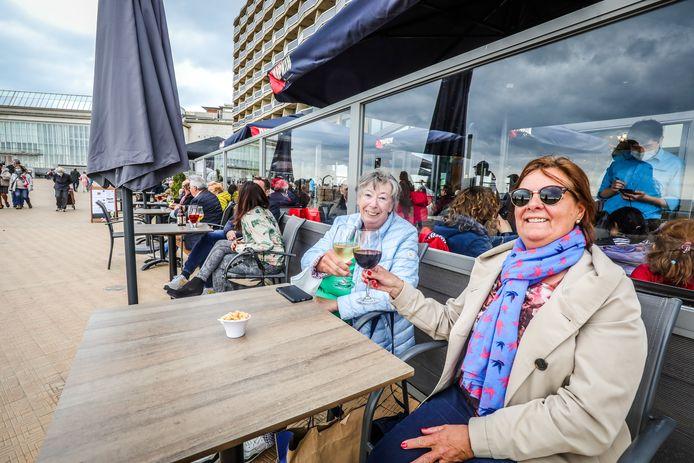 Jeannine en Patricia hebben er moeten op wachten, maar dat wijntje op de Oostendse zeedijk smaakt des te beter.
