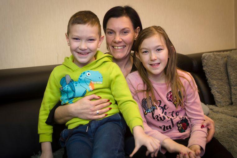Helena Wellens met haar broertje Jamie (5) en haar mama Els Goessens.