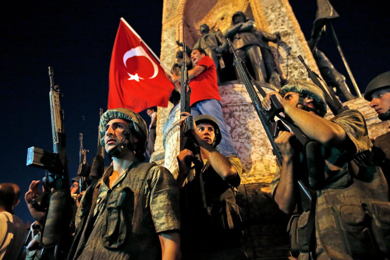 16 juli 2016:Turkse militairen bewaken het Taksimplein in Istanbul tijdens een protest van Erdogan-aanhangers tegen de coup. Beeld AP