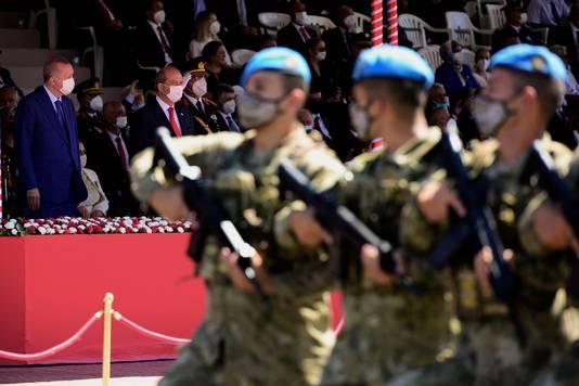 Recep Tayyip Erdogan et le leader nord-chypriote Ersin Tatar lors du défilé militaire du 47e anniversaire de l'invasion de Chypre par la Turquie, en réaction à un coup d'Etat visant à rattacher l'île à la Grèce