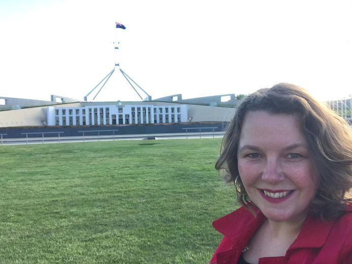 Femke Withag met op de achtergrond het parlementsgebouw van Canberra.