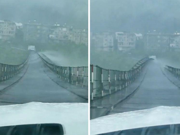 Auto stopt nipt voordat hangbrug heen en weer wordt geslingerd door storm