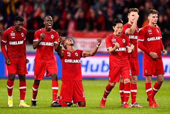 Vreugde bij Antwerp na de met 3-2 gewonnen penaltyreeks.