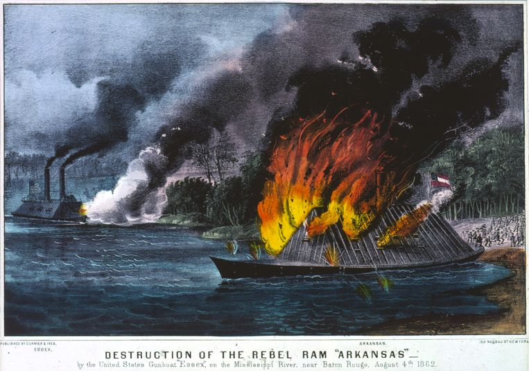 4 augustus 1862. Het brandende ramschip Arkansas van de Zuidelijke Staten, tijdens de Amerikaanse Burgeroorlog, op de Mississippi bij Baton Rouge. Op de achtergrond het oorlogsschip Essex van de Noordelijke Staten.  Beeld Getty