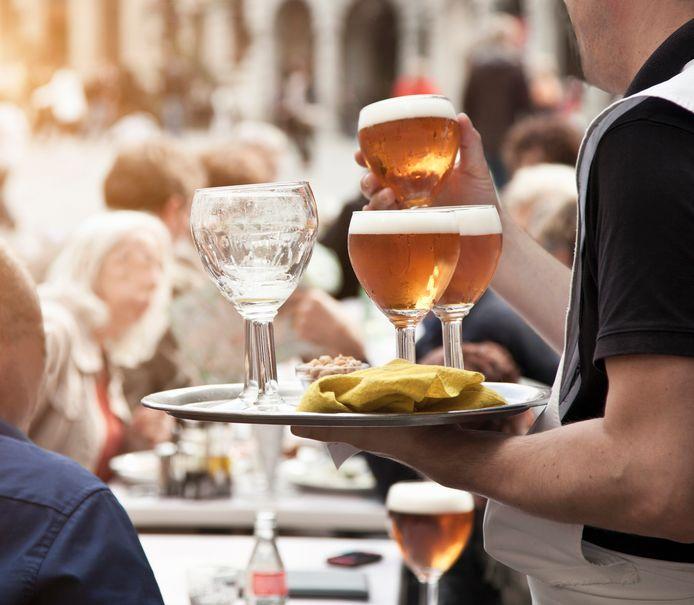 Bière en terrasse. Illustration.