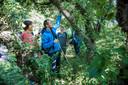 Voel- en geurwandeling voor blinden en slechtzienden in het Westduinpark. Leo Dijk is blind geboren en voelt hier aan de bast van een boom. Naast hem, met roze shirt zijn vrouw Birgit.