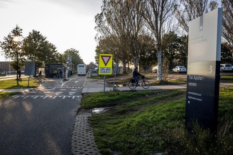 De centrale noodopvang voor asielzoekers in Ter Apel is overvol. Mensen slapen daar nu noodgedwongen op stoelen en veldbedden.  Beeld ANP
