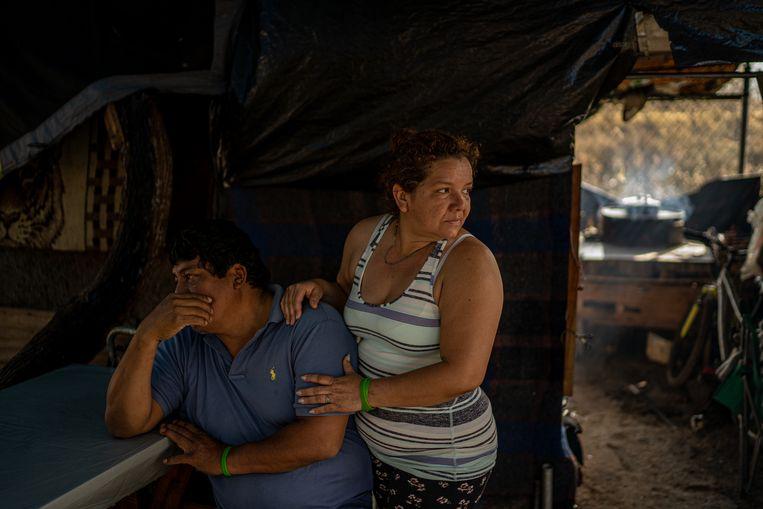 Francisco Caal en Jeanet Trujillo aan hun eettafel in hun provisorische woning in kamp Matamoros.  Beeld Alejandro Cegarra