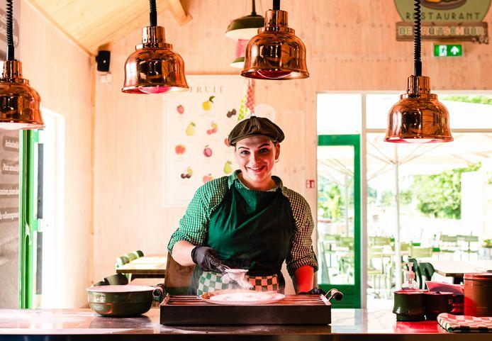 Een extreme notenallergie houdt Madelon van den Hoogen (21) niet tegen om als kok te werken.