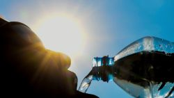Hoe herken je oververhitting? En hoeveel moet je drinken bij dit weer? Zo blijf je veilig bij deze hitte