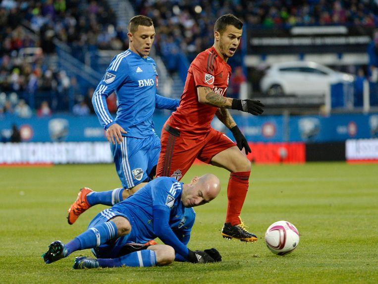 Laurent Ciman (liggend) gaat een duel aan met Giovinco. Beeld REUTERS