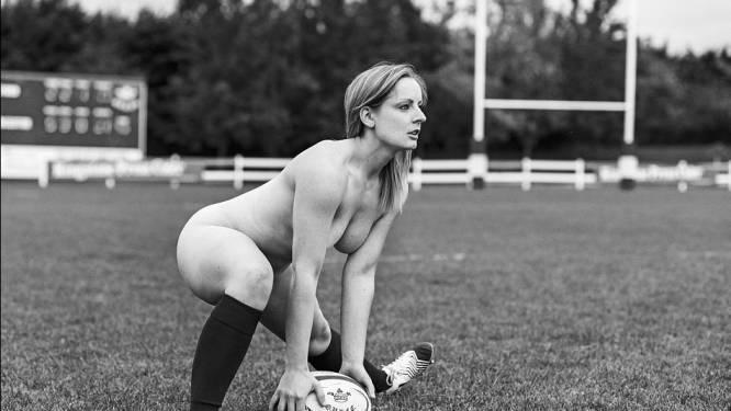 Vrouwelijke rugbyspeelsters spiernaakt op de foto