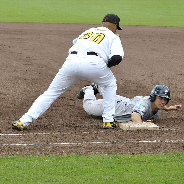 Korte stop Vince Rooij kan niet beletten dat Matt McGraw op de honk komt. Foto Henk Seppen Beeld