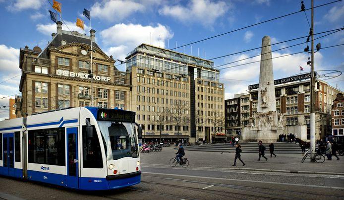 Een tram op de Dam in Amsterdam. © ANP