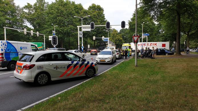 Op de kruising van de Nijenoord Allee met de Mansholtlaan raakte een fietser gewond bij een aanrijding.