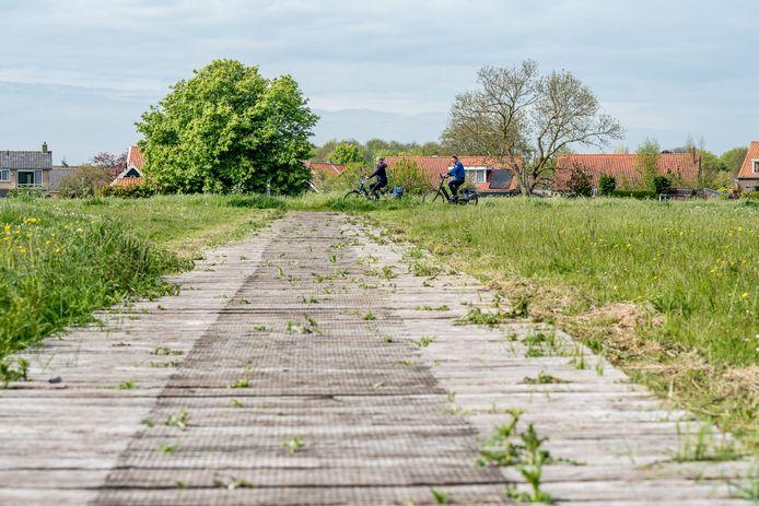 Julia en Ad Breure uit Maasdijk fietsen lang het oude bielzenpad op het Voetpad Over Hoge Burgh.