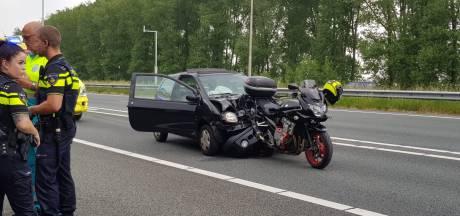 Motor zit vast in voorkant auto na ongeluk op A73 in Nijmegen