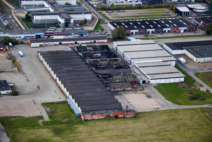 Luchtfoto van de brand in Nieuwegein. De naastgelegen ondernemingen zijn zwaar getroffen.