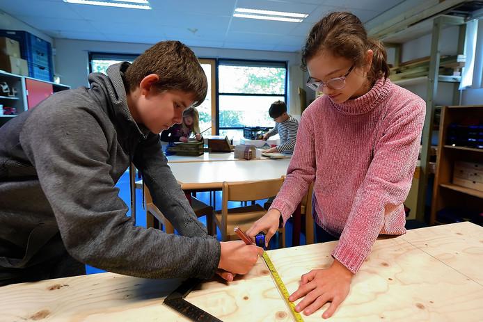 In de Klusklas leren de kinderen van School Oost ook andere dingen dan taal en rekenen: ,,Samenwerken, creatief nadenken, eigen doelen stellen en die ook behalen. Het is zeker niet vrijblijvend.''