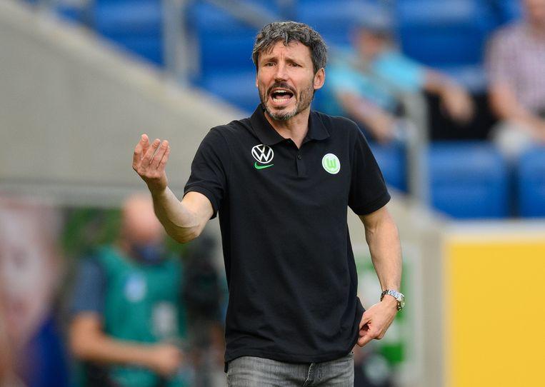 VfL Wolfsburg-coach Mark van Bommel vuurt zijn manschappen aan in de verloren wedstrijd tegen Hoffenheim. Beeld Getty Images