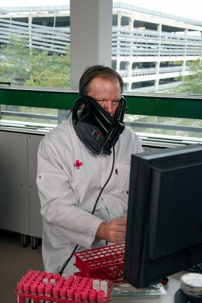 Peter Wever met een tosti-apparaat