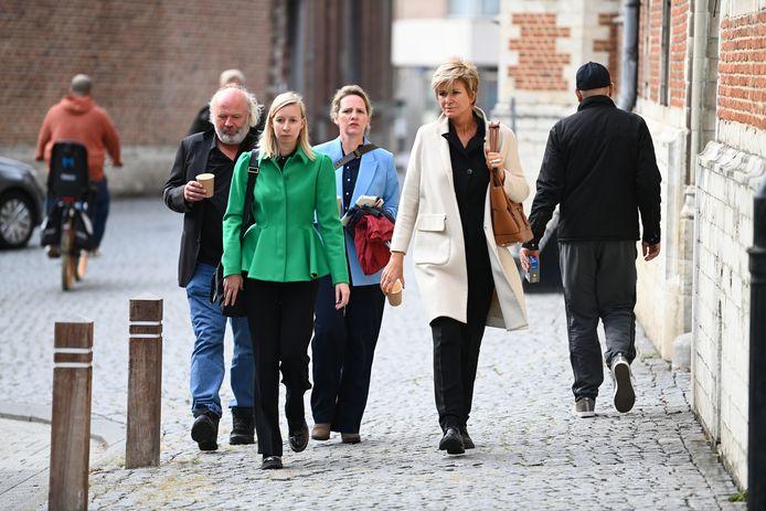 Maaike Cafmeyer en haar partner, advocate An-Sofie Raes en advocate Christine Mussche.