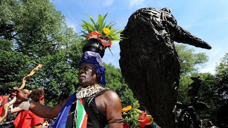 Aanwezigen bij de herdenking van de afschaffing van de slavernij in het Oosterpark bij het Monument van het Nederlands Slavernijverleden en Erfenis. Beeld anp