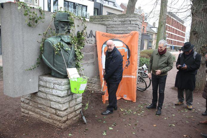 Burgemeester Marc Snoeck (Sp.a) wilde wel even een putje graven maar de klimop bleef niet hangen. Hij kondigt wel aan dat er een extra duidingsbord kan geplaatst worden bij de koloniale monumenten in het park.