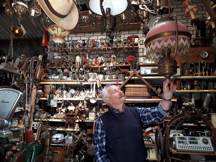 Zijn pronkstuk is de oude lamp die nog van zijn opa en oma is geweest. Foto Janneke Hobo