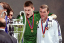 Iker Casillas met Zinedine Zidane na Champions League-winst in 2002.