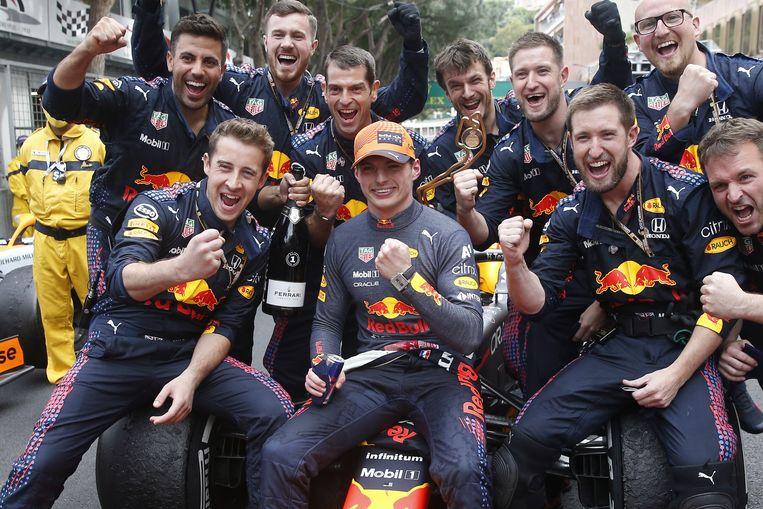 Max Verstappen (midden) viert met  de mannen van Red Bull Racing zijn overwinning in de GP van Monaco. Beeld EPA
