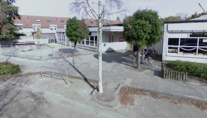 De vrouw werd met de bijtende stof overgoten toen ze stond te wachten bij basisschool De Molenhoek in Oisterwijk.