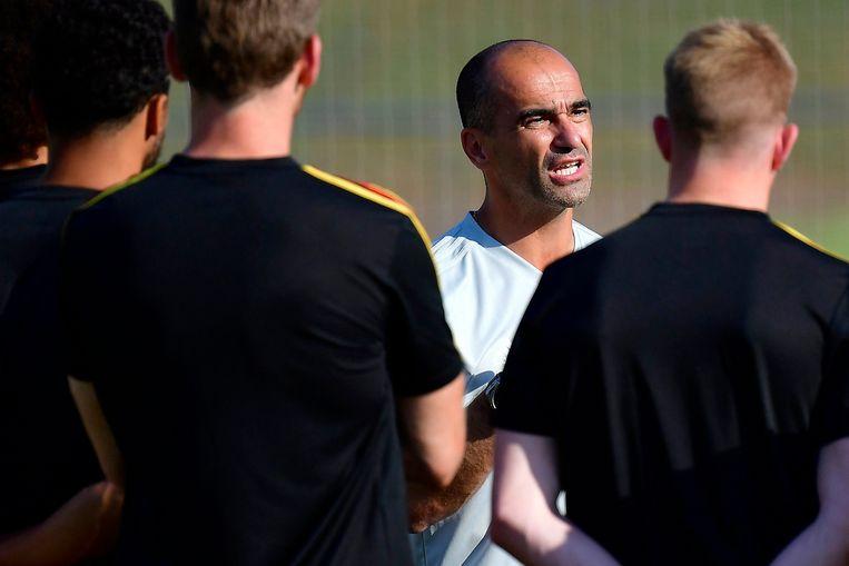 Roberto Martinez spreekt zijn troepen toe tijdens een training aan de vooravond van de match tegen Japan. Beeld Photo News