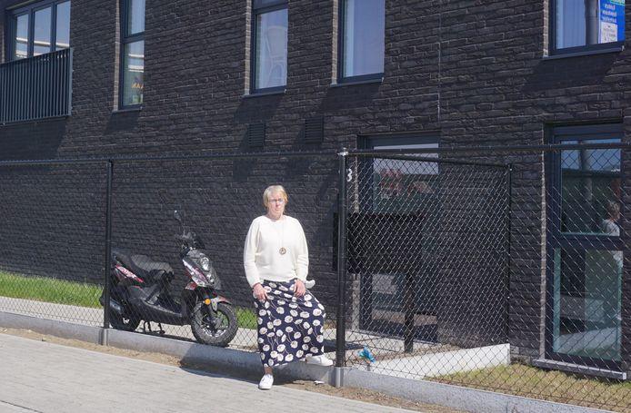 Schepen van Wonen Hilde Heyman (N-VA) bij de sociale woningen die in De Cranelei werden gerealiseerd.