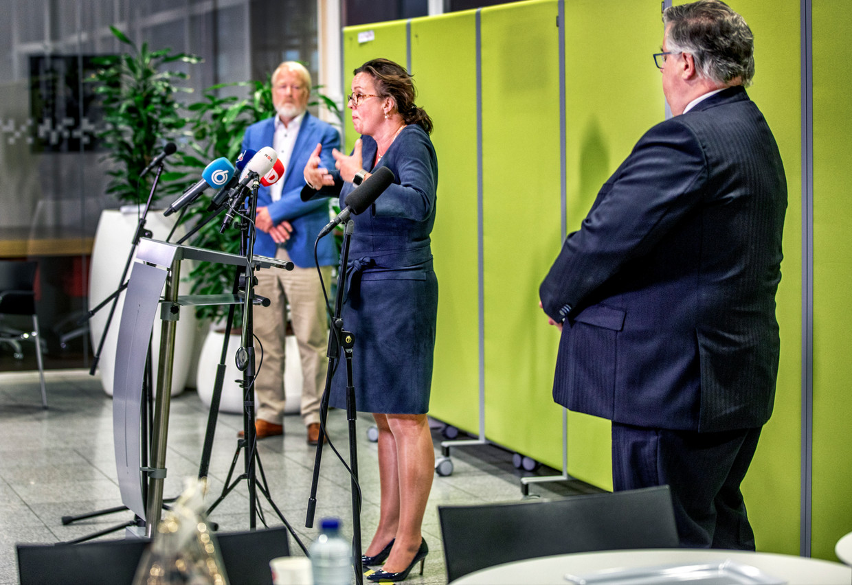 Jaap van Dissel (achter), Tamara van Ark en Hubert Bruls tijdens de persconferentie over mogelijk regionaal maatwerk tegen de verspreiding van het coronavirus. Beeld Raymond Rutting / de Volkskrant