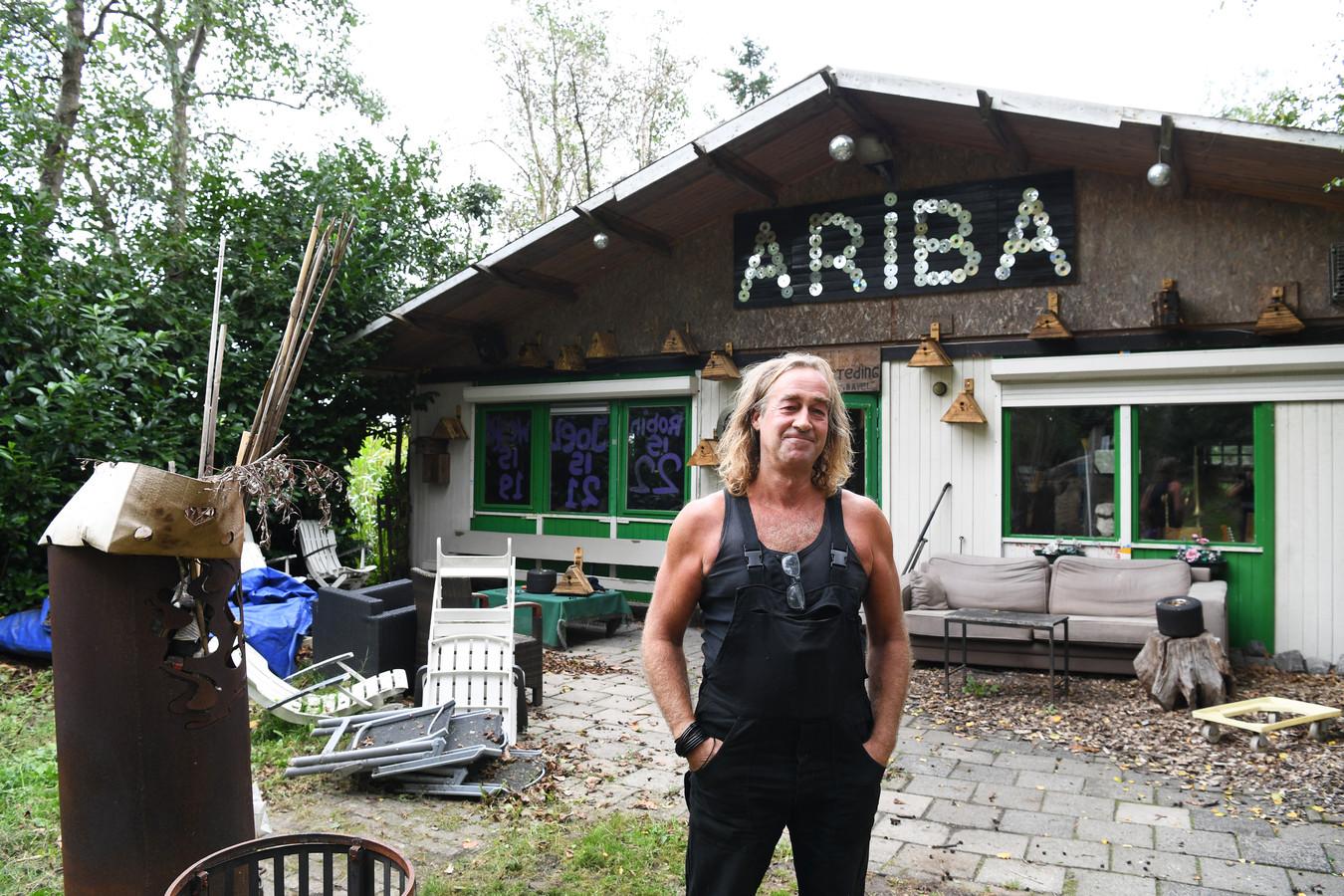 Rino Driessen voor het onderkomen van Ariba in Bavel.