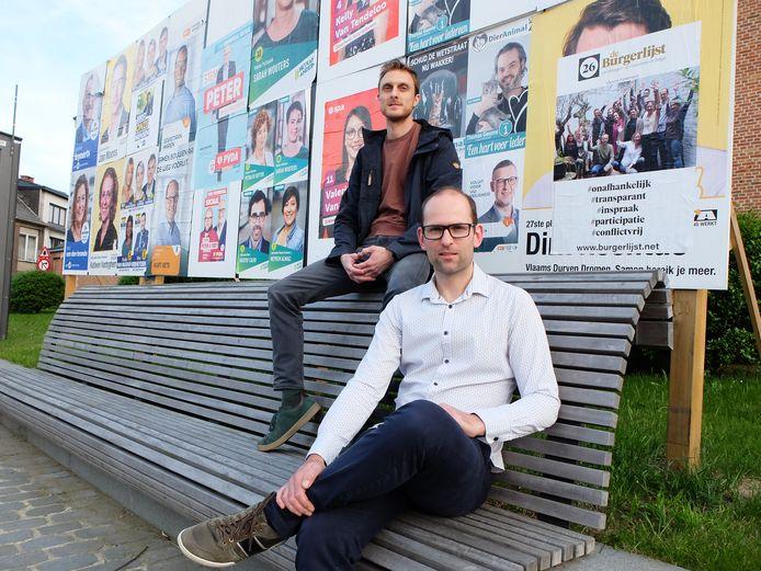 Hans en Robbe aan hun verkiezingsaffiche, die door een bepaalde kandidaat uit de regio altijd maar wordt overplakt