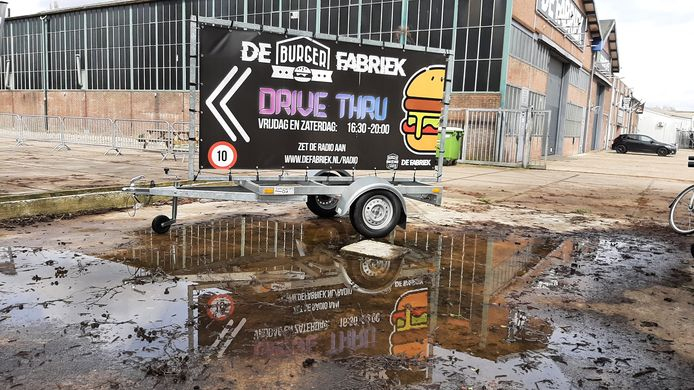 Het idee van de Hamburgerdisco is in het water gevallen. Alles is weer opgeruimd. Wat rest is de tekstkar naast De Fabriek aan de Baanweg.