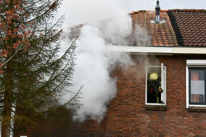 Aan de Jasmijnstraat in Enschede-Zuid woedt een brand op de bovenverdieping van een woning. De brandweer is met meerdere eenheden ter plaatse en schaalde snel op naar een middelbrand.