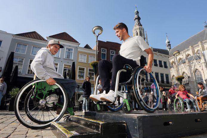 In het kader van de Dag van de Toegankelijkheid (voor mensen met een beperking) waren er allerlei activiteiten in het centrum van Breda. Zelf proberen hoe je met een rolstoel een trapje af moet.