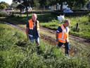 Wolter van Damme, opzichter waterkeringen Zeeuws-Vlaanderen van Waterschap Scheldestromen, inspecteert een dijk in Arcen. Samen met collega Norbert van Rens, inspecteur Waterschap Limburg (rechts).