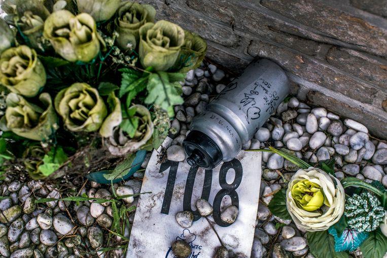 Gedenkplaatje voor de drie overleden renners aan het jaagpad. Beeld jonas lampens
